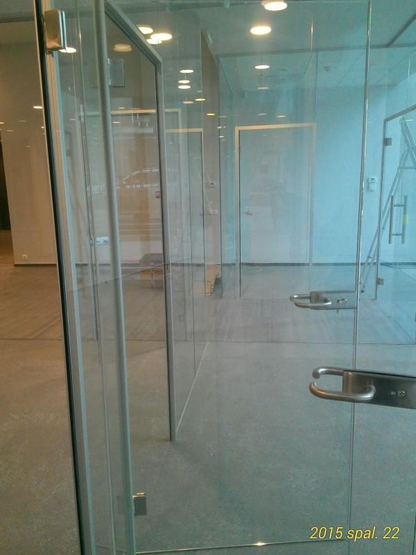 stiklines durys stiklo pertvarose