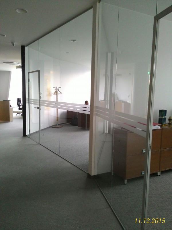 stiklines pertvaros ir matinto stiklo elementais